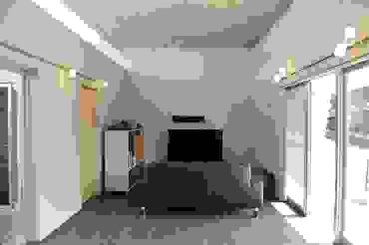 Living room by 久安典之建築研究所,