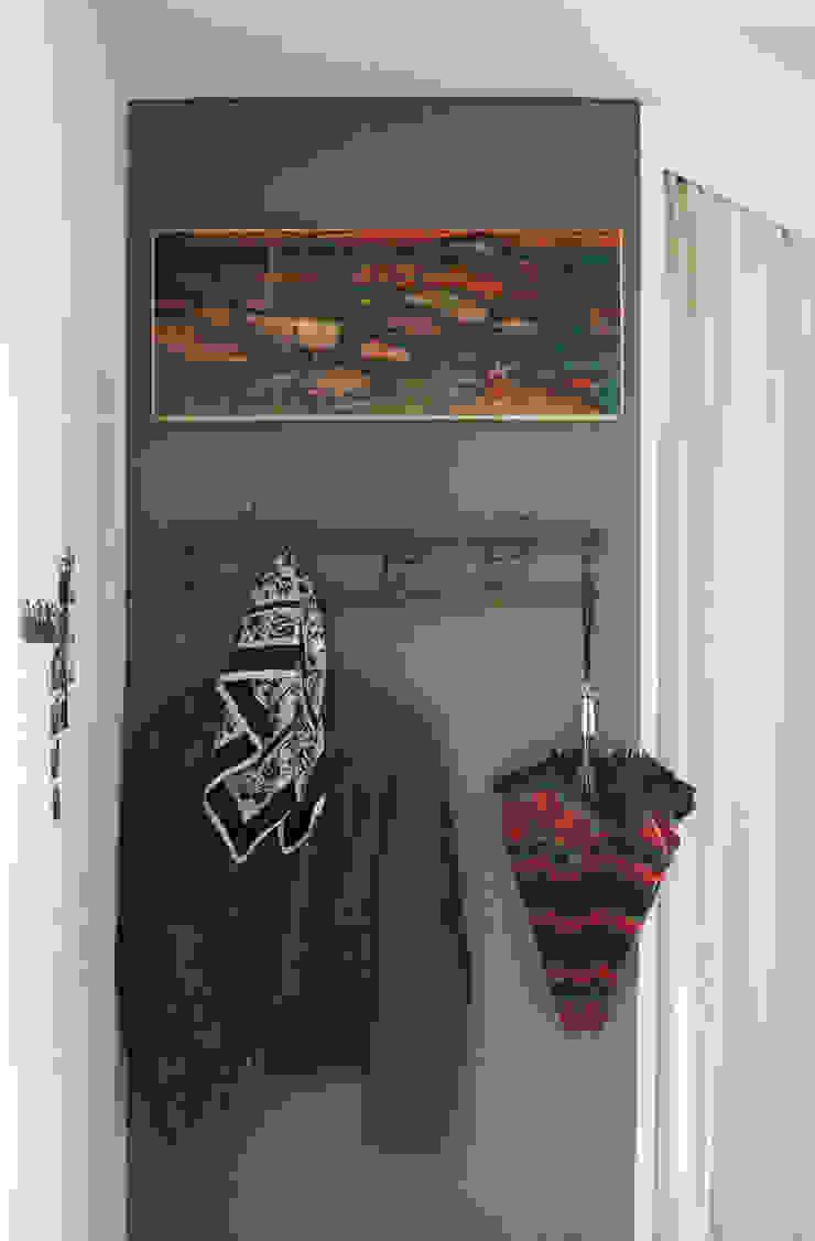 Eklektyczny korytarz, przedpokój i schody od Mighty Vintage Eklektyczny