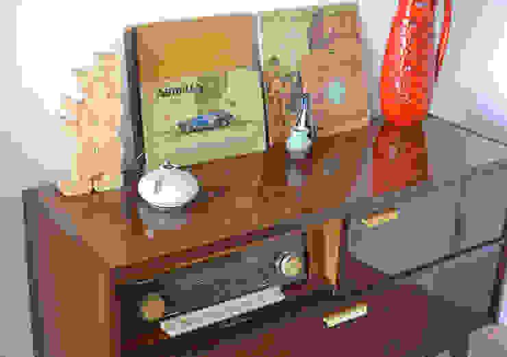 Eklektyczny salon od Mighty Vintage Eklektyczny