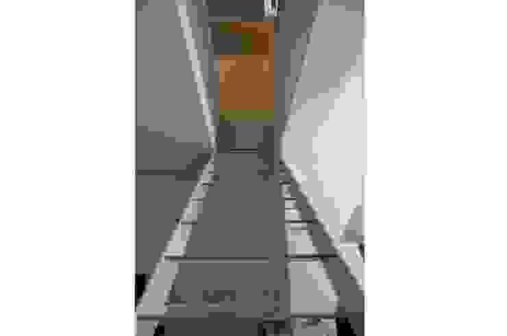 Scala di accessso al piano superiore/After di danielainzerillo architetto&relooker Alluminio / Zinco