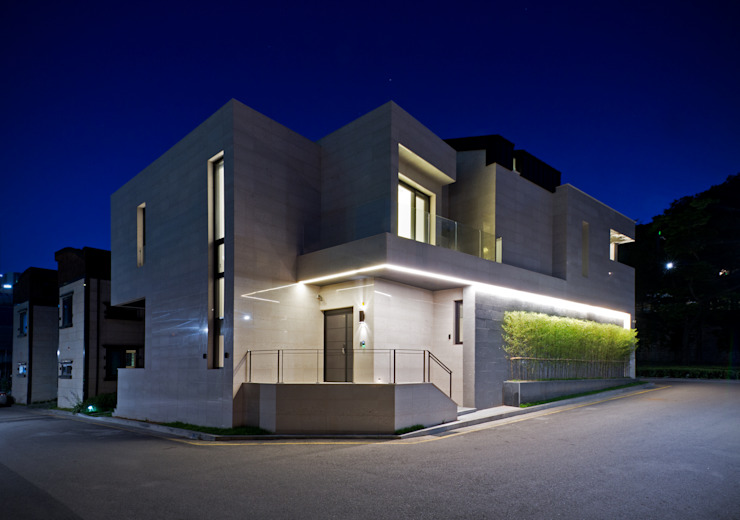 Main Entrance Facade in Night Casas modernas por homify Moderno Mármore