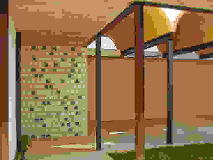 Balcone, Veranda & Terrazza in stile coloniale di Arq Mobil Coloniale