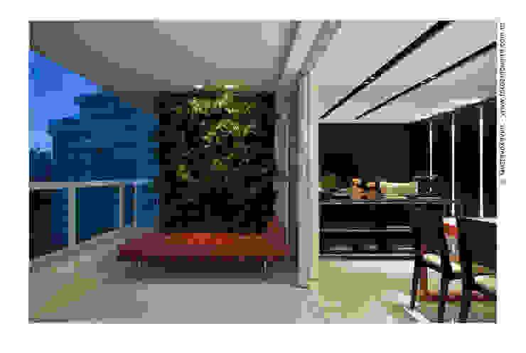 Terrazza in stile  di Cassio Gontijo Arquitetura e Decoração,