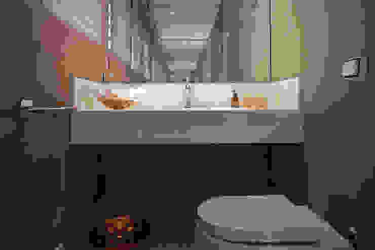 Baños minimalistas de Deborah Basso Arquitetura&Interiores Minimalista Mármol