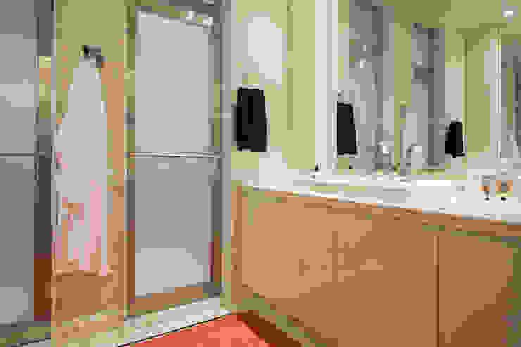Minimalist style bathroom by Deborah Basso Arquitetura&Interiores Minimalist Marble