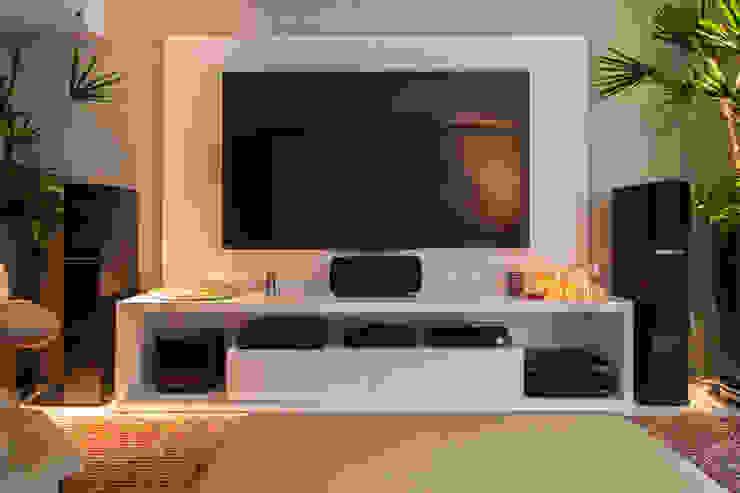 Sala de Home Theater Salas multimédia minimalistas por Deborah Basso Arquitetura&Interiores Minimalista Madeira Acabamento em madeira