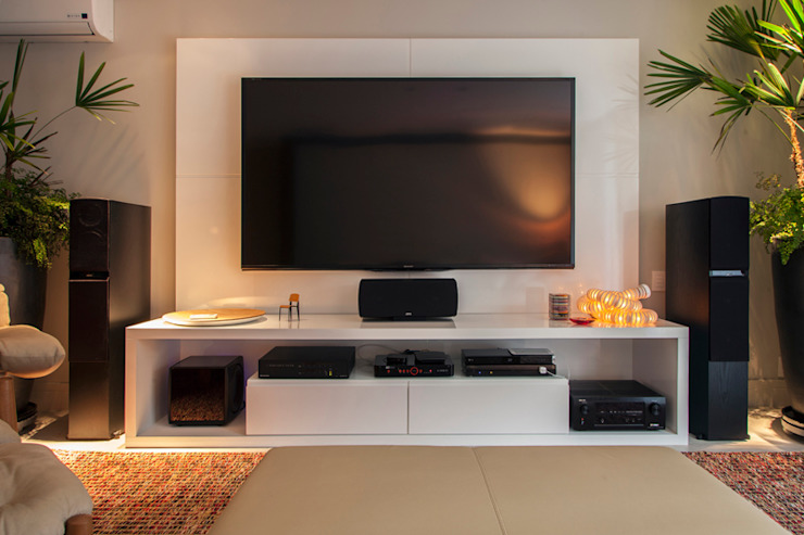 Sala de Home Theater Salas multimídia minimalistas por Deborah Basso Arquitetura&Interiores Minimalista Madeira Efeito de madeira