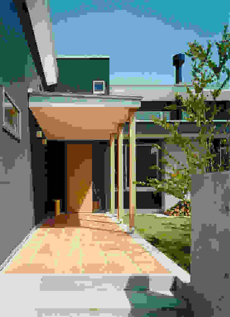 庭が見えるアプローチ モダンな庭 の アール・アンド・エス設計工房 モダン