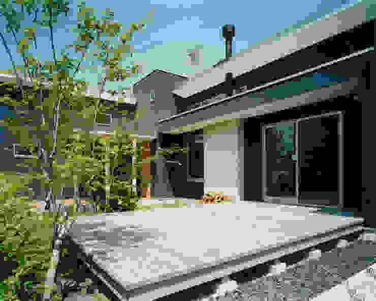 大きなウッドデッキがある中央の庭 モダンな庭 の アール・アンド・エス設計工房 モダン