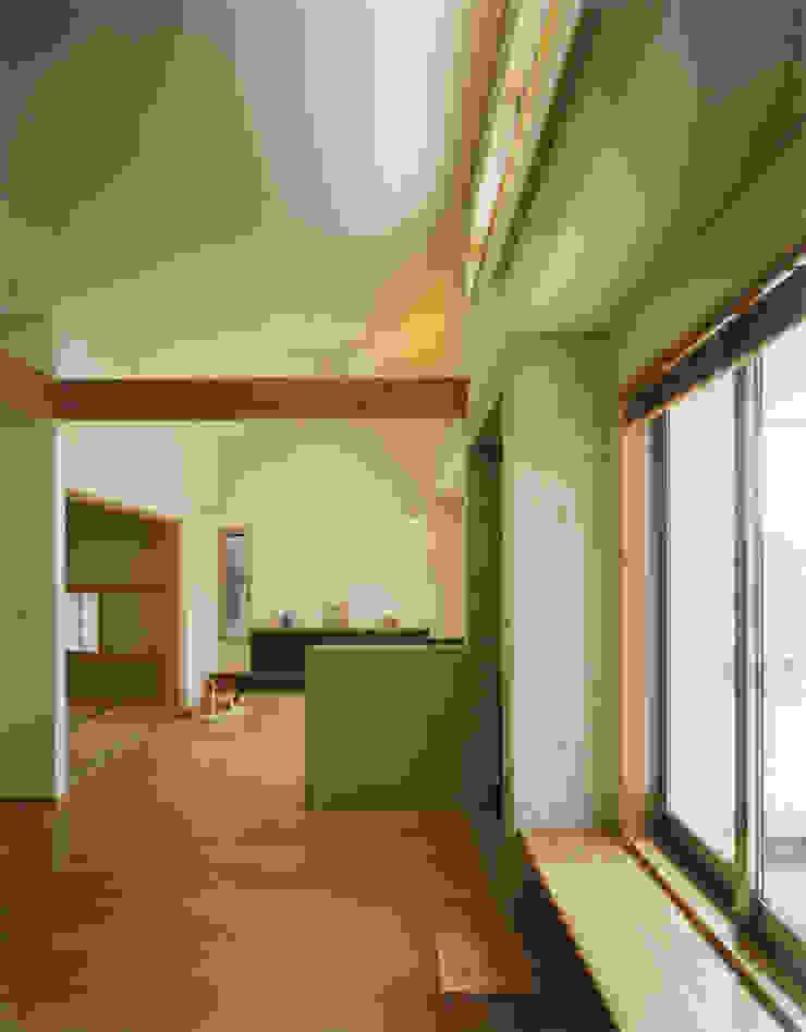 リビングをつながった和室をみる モダンデザインの リビング の アール・アンド・エス設計工房 モダン
