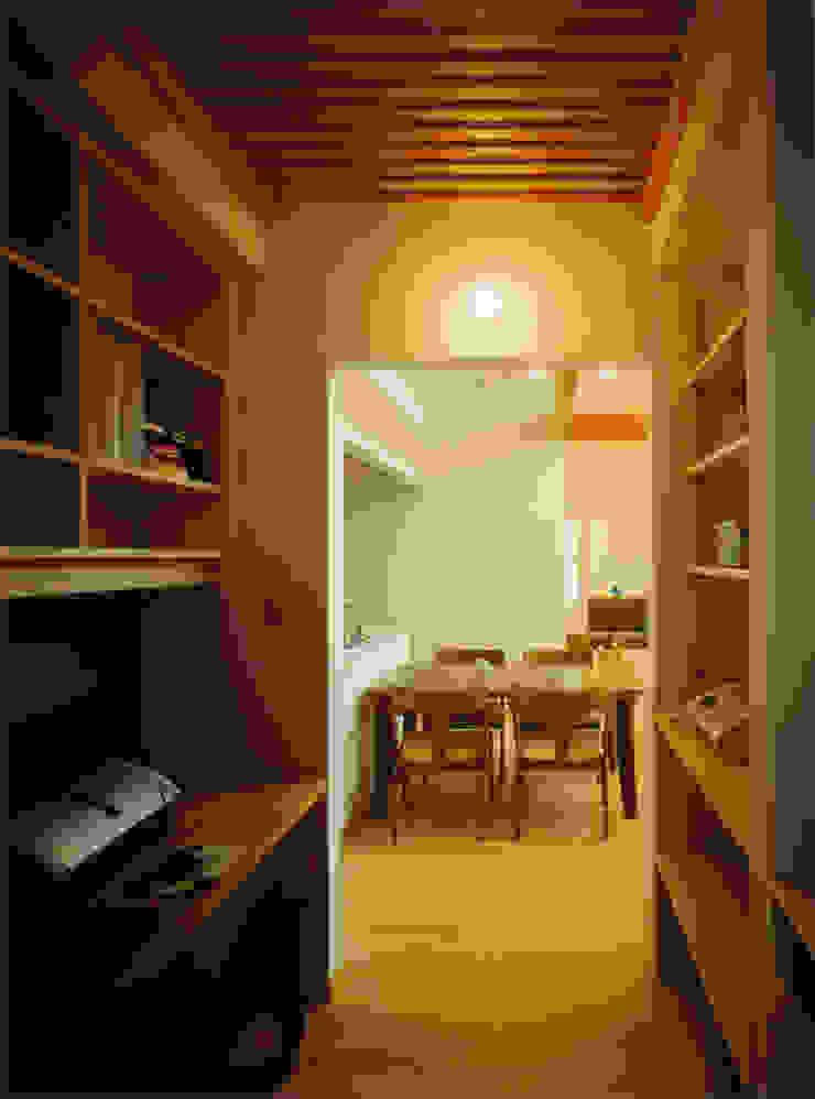 ダイニングとつながる家庭内オフィス モダンデザインの 書斎 の アール・アンド・エス設計工房 モダン