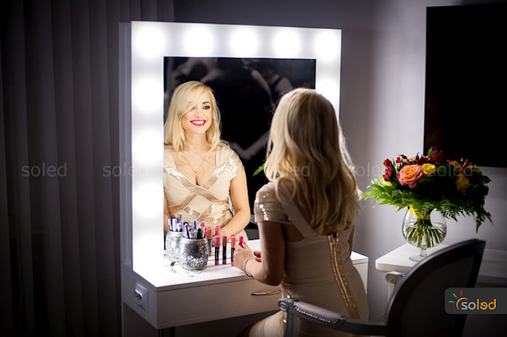 Stanowisko fryzjerskie – Hollywood Make Up – Soleda Mirror od SOLED Projekty i Dekoracje Świetlne Jacek Solka Nowoczesny