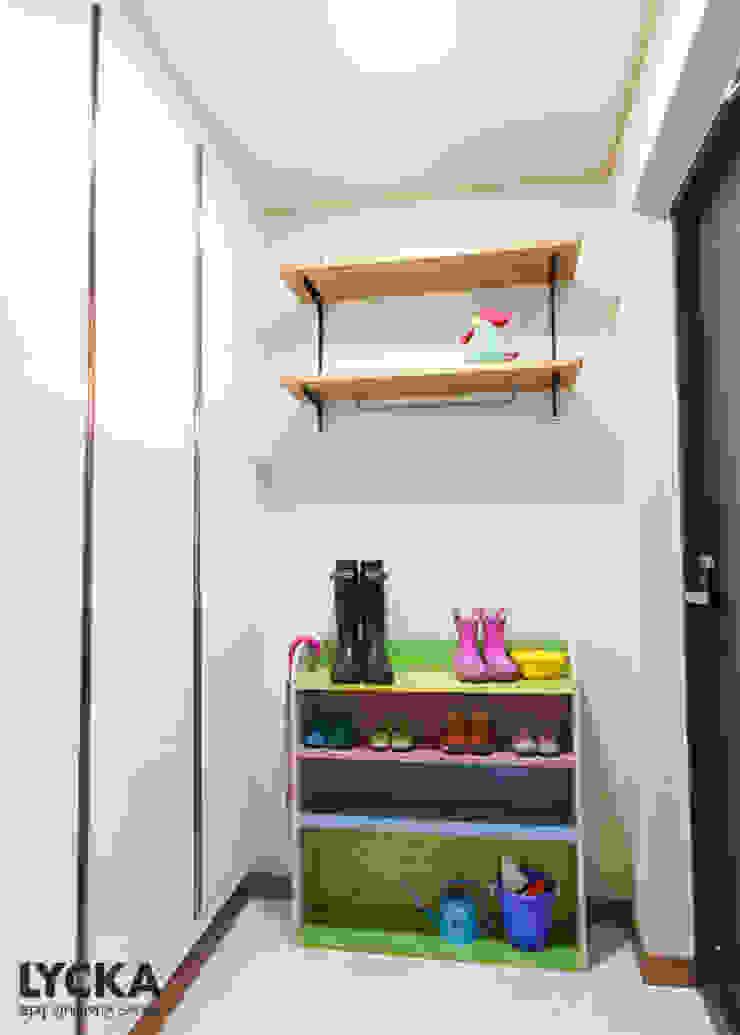 Scandinavian style corridor, hallway& stairs by LYCKA interior & styling Scandinavian