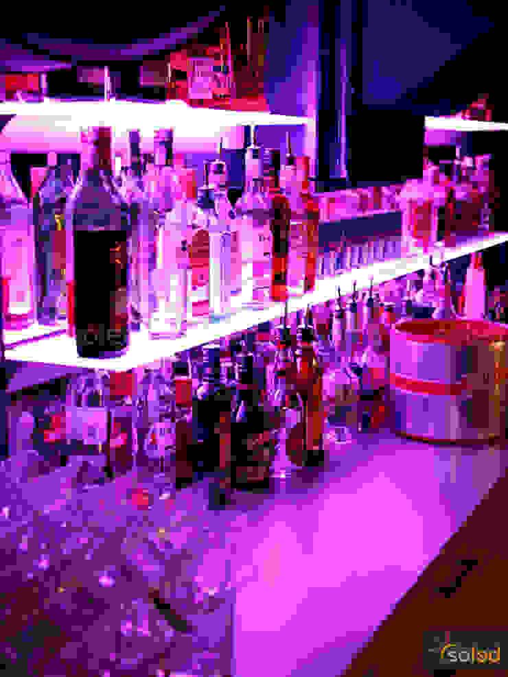 Półki szklane z podświetleniem LED – LED-illuminated shelves od SOLED Projekty i Dekoracje Świetlne Jacek Solka Nowoczesny