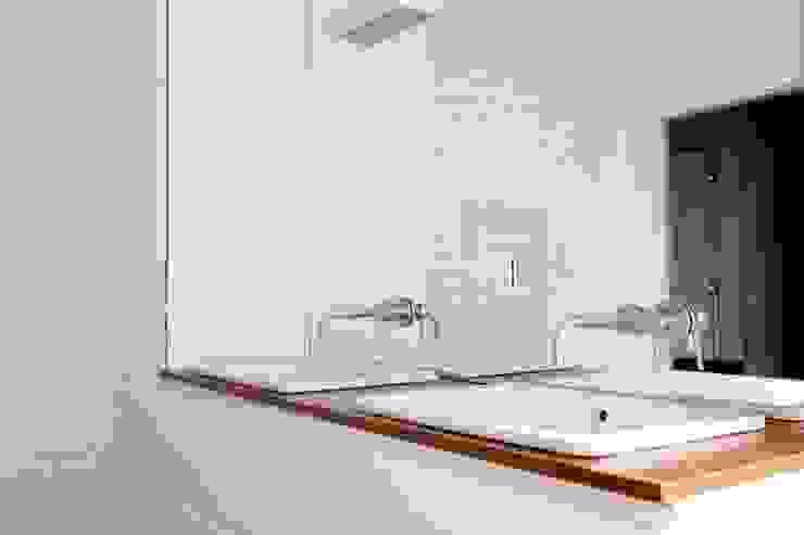 Kasztanowa - łazienka Minimalistyczna łazienka od ABU Wnętrza Minimalistyczny