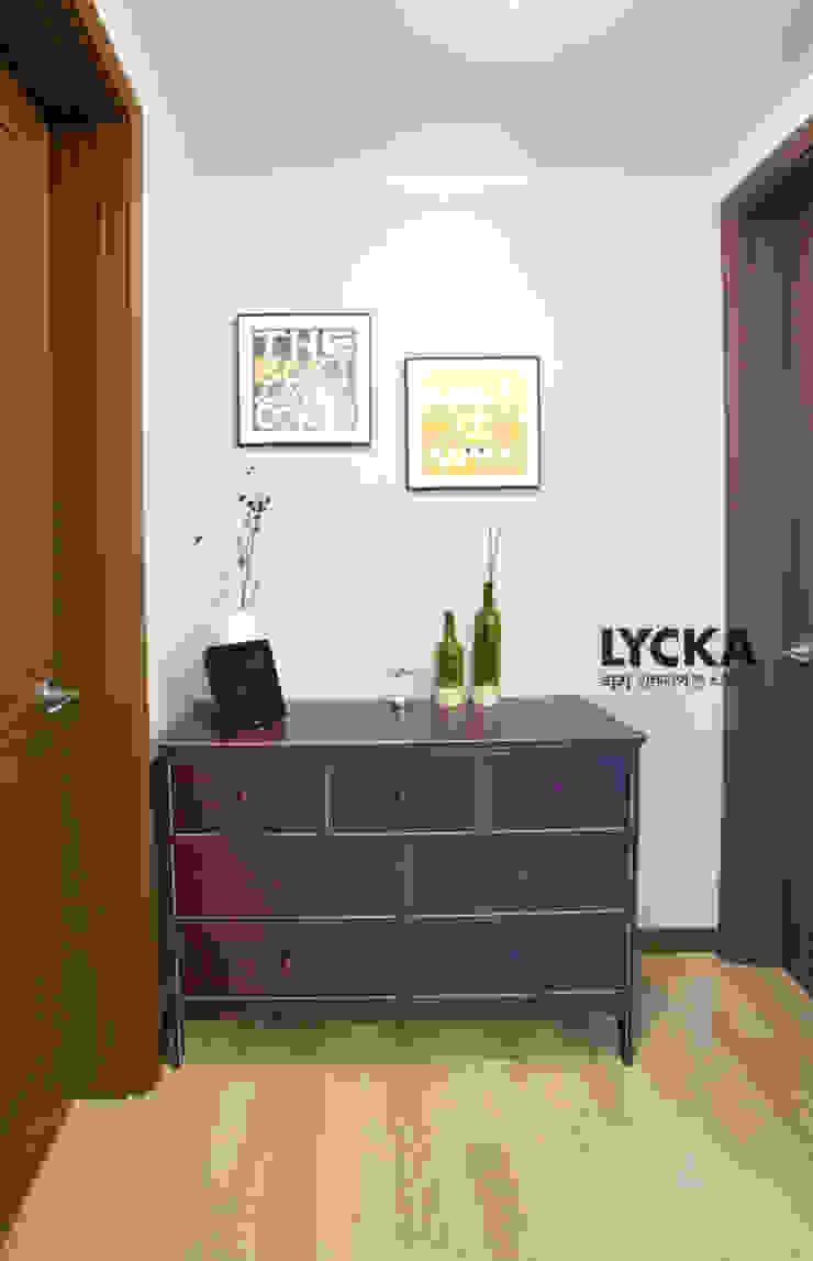 판교 아파트 홈드레싱 스칸디나비아 복도, 현관 & 계단 by LYCKA interior & styling 북유럽