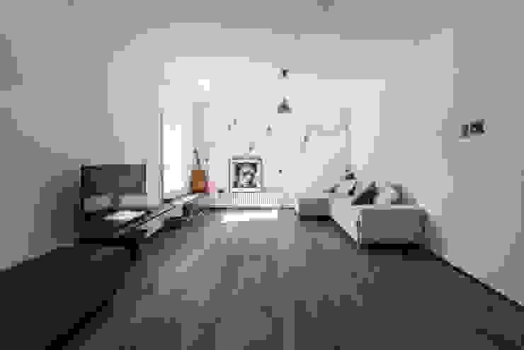 Modern living room by km 429 architettura Modern