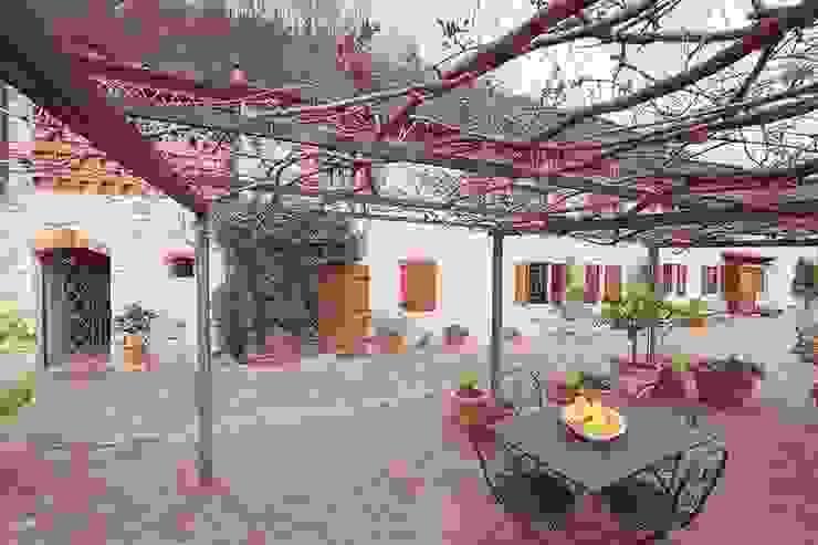 Lucca Balcone, Veranda & Terrazza in stile rurale di Livio Bargagli Stoffi Rurale
