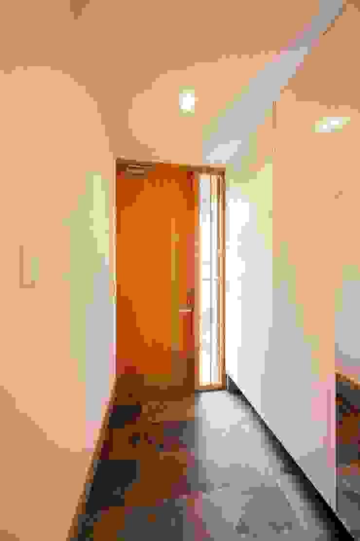 entrance Окна и двери в эклектичном стиле от キリコ設計事務所 Эклектичный
