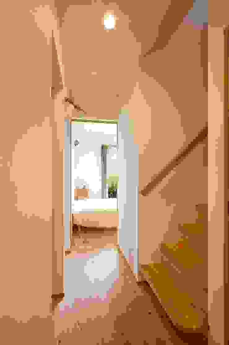 stairs Коридор, прихожая и лестница в эклектичном стиле от キリコ設計事務所 Эклектичный