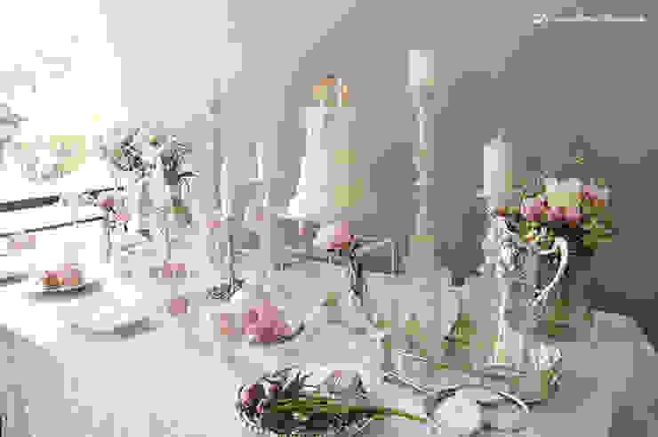 A elegante e simples mesa do batizado da Carminho e da Carlota. por Lima Limão- Festas com charme Clássico