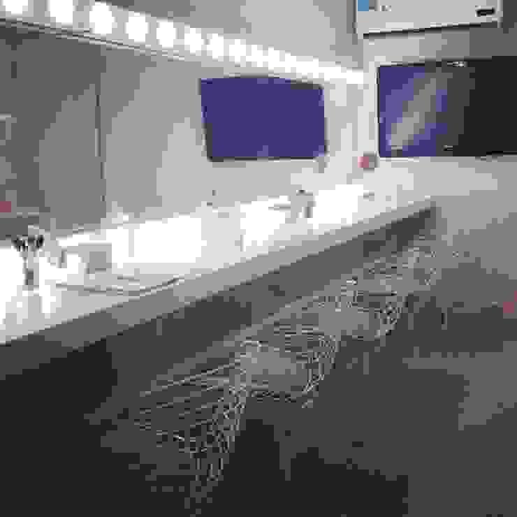 Modern dressing room by DAS Modern