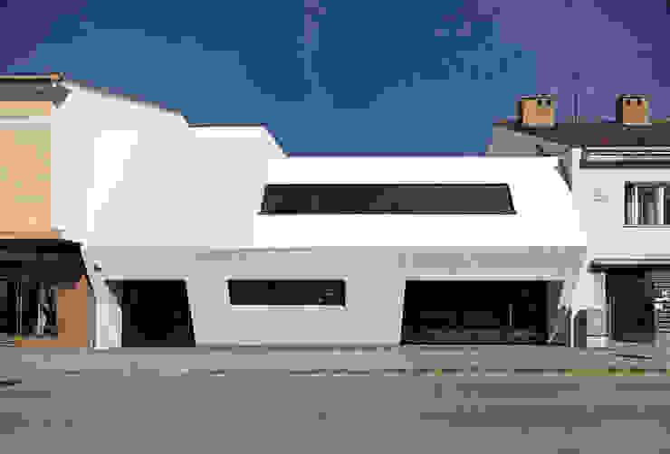 Weißer Monolith - Wohnhaus und Arztpraxis Moderne Häuser von LOSTINARCHITECTURE Modern