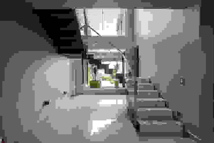 Pasillos, vestíbulos y escaleras modernos de Saez Sanchez. Arquitectos Moderno