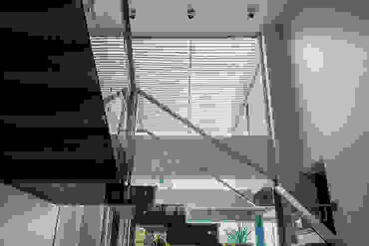 Casa MAS Pasillos, vestíbulos y escaleras modernos de Saez Sanchez. Arquitectos Moderno