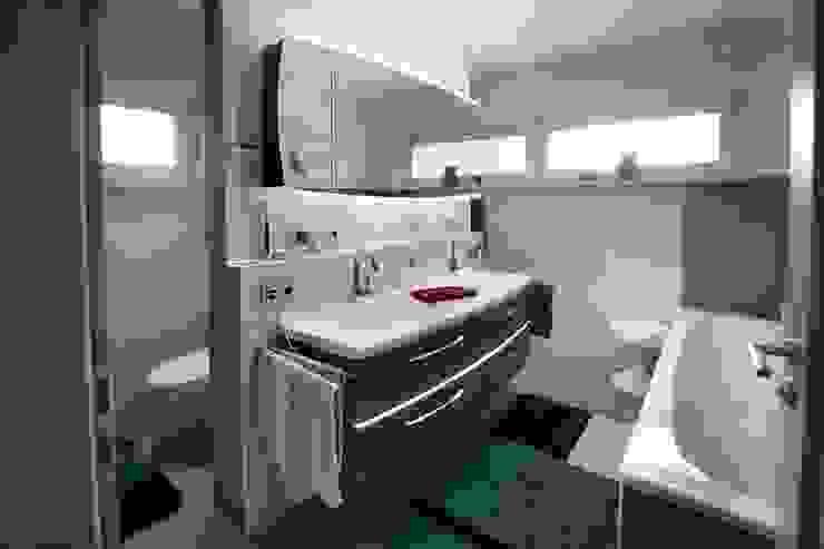 Nowoczesna łazienka od Fertighaus Servicebüro Schwarz Nowoczesny