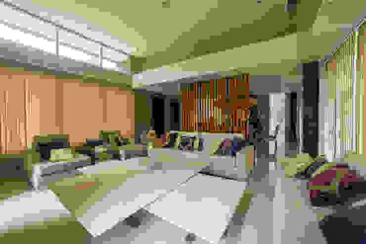 Modern dining room by Saez Sanchez. Arquitectos Modern