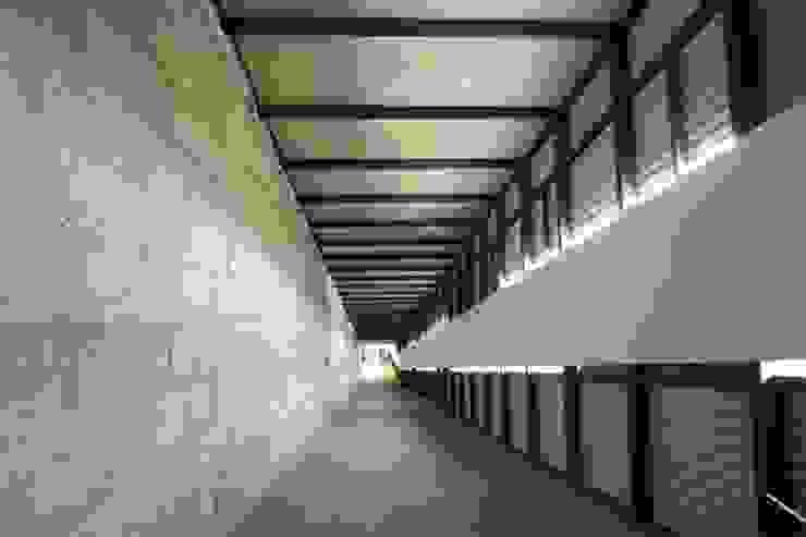 Centro Académico Cultural Pasillos, vestíbulos y escaleras modernos de Elías Arquitectura Moderno