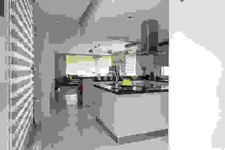 Casa MAS Cocinas modernas: Ideas, imágenes y decoración de Saez Sanchez. Arquitectos Moderno