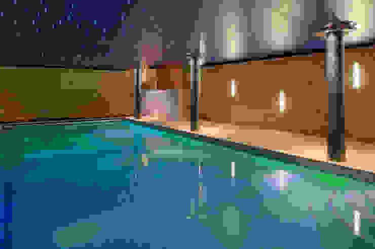 Basement swimming pool 'cave' Бассейн в стиле модерн от john bullock lighting design Модерн