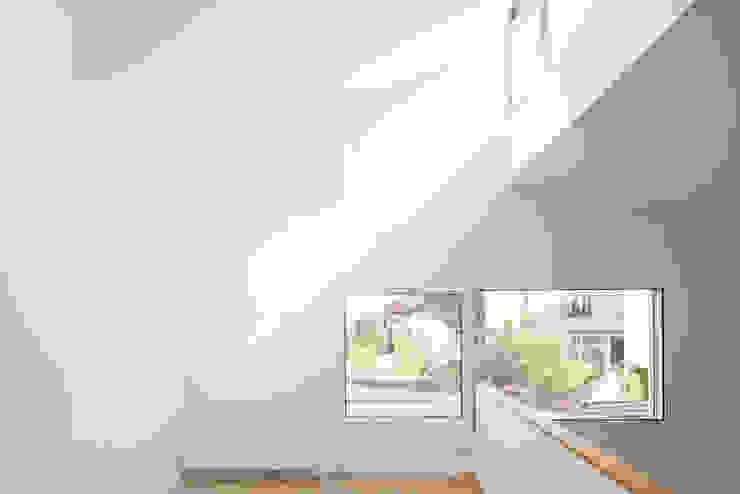 Cadrage vers les jardins voisins Salon minimaliste par homify Minimaliste Bois Effet bois
