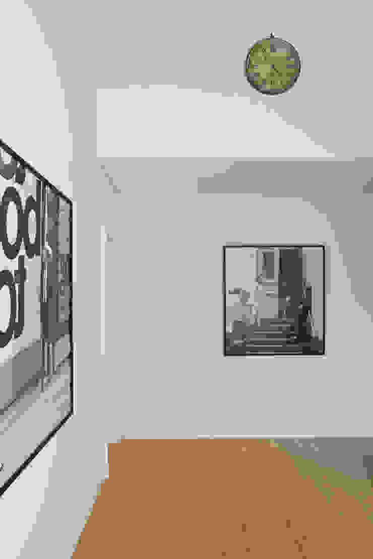 Casa en la Barranca · San Isidro, Buenos Aires · Paula Herrero | Arquitectura Pasillos, vestíbulos y escaleras modernos de Paula Herrero | Arquitectura Moderno