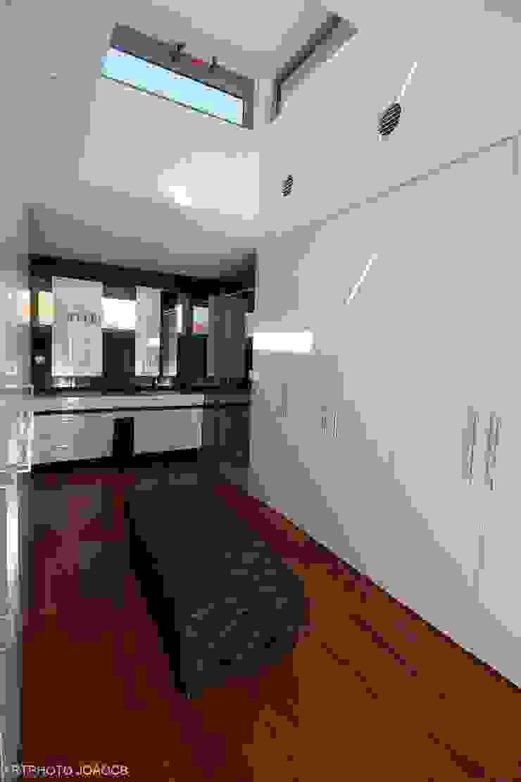 Modern dressing room by Castello-Branco Arquitectos, Lda Modern