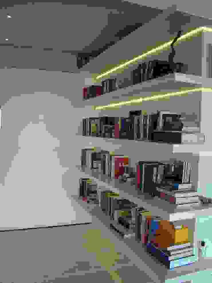 Pasillos, vestíbulos y escaleras modernos de Luli Hamburger Arquitetura Moderno