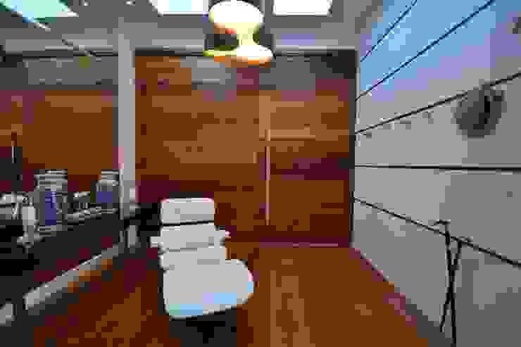 Pasillos, vestíbulos y escaleras de estilo moderno de ARQ Ana Lore Burliga Miranda Moderno Madera maciza Multicolor