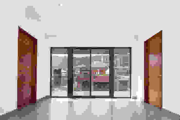 Portas e janelas modernas por NODO Arquitectura Moderno