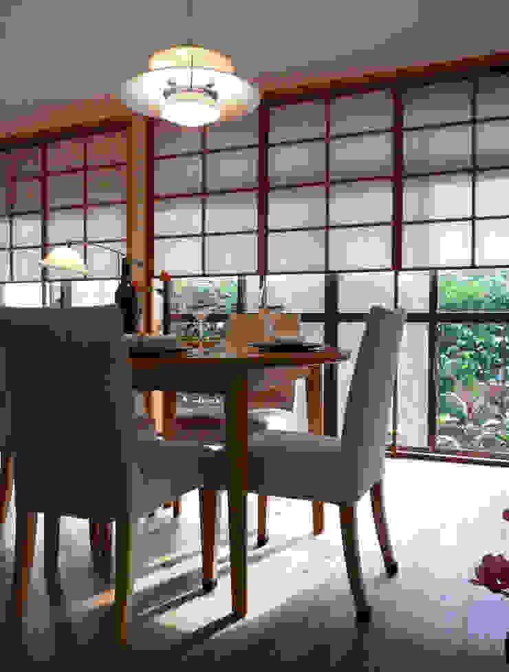 障子とバラの庭が居間に拡張性をあたえ広く見える モダンデザインの リビング の T設計室一級建築士事務所/tsekkei モダン 木 木目調