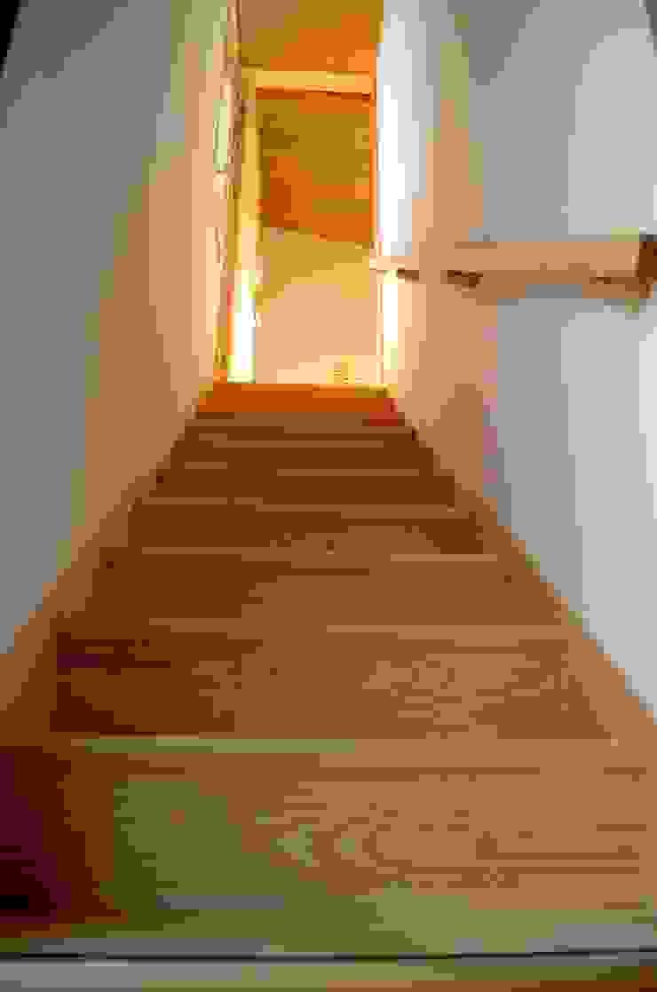 高野建築 Pasillos, vestíbulos y escaleras de estilo moderno