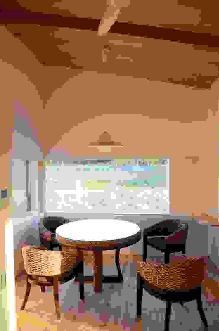 高野建築 Salas de estilo moderno