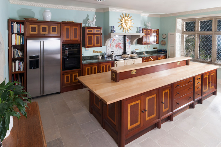 Brazilian Mahogany and Satinwood Kitchen in The Close, Salisbury by Tim Wood por Tim Wood Limited Clássico Madeira Efeito de madeira