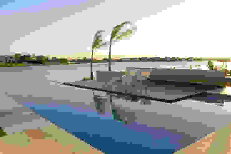 Vista a la laguna Albercas minimalistas de Ramirez Arquitectura Minimalista Madera Acabado en madera