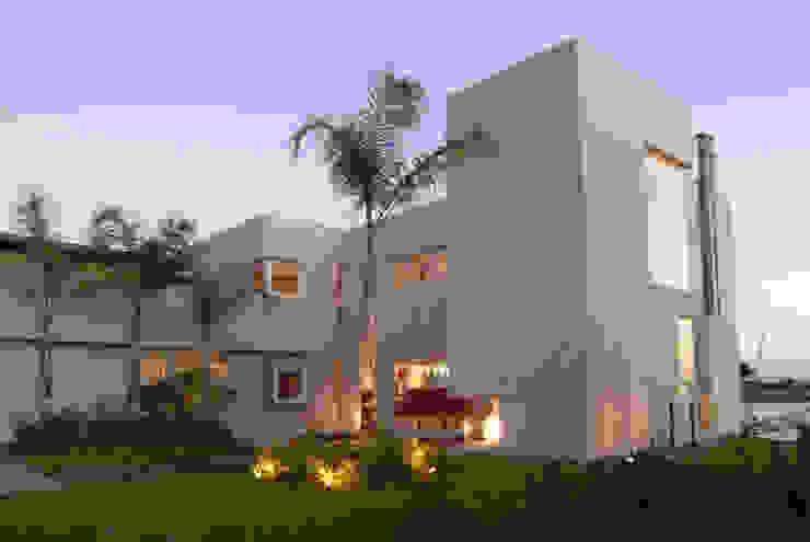 Frente lateral. Casas minimalistas de Ramirez Arquitectura Minimalista Vidrio