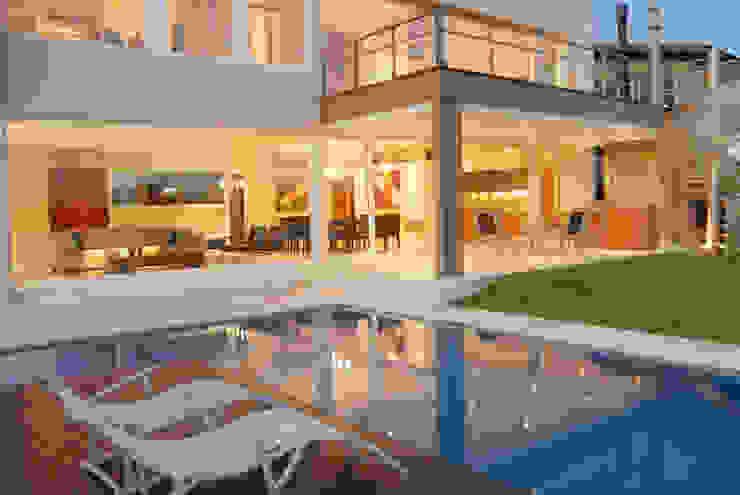 Reflejo de luces en la piscina Casas minimalistas de Ramirez Arquitectura Minimalista Hierro/Acero