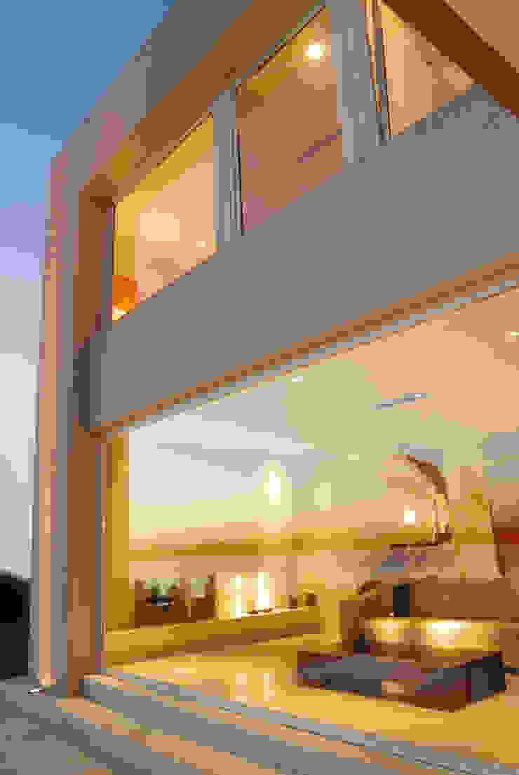 Vidrio jumbo desde el living hacia la pileta y la laguna Puertas y ventanas minimalistas de Ramirez Arquitectura Minimalista Vidrio