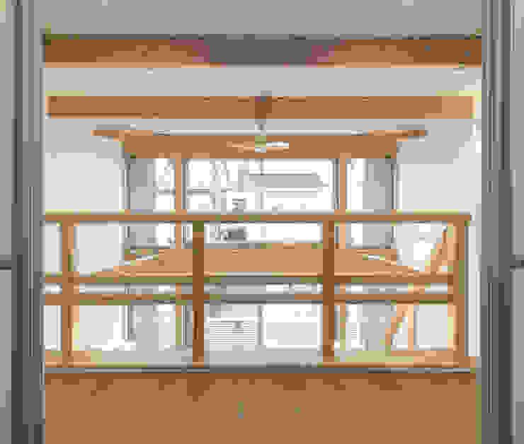 ห้องโถงทางเดินและบันไดสมัยใหม่ โดย 岡本建築設計室 โมเดิร์น