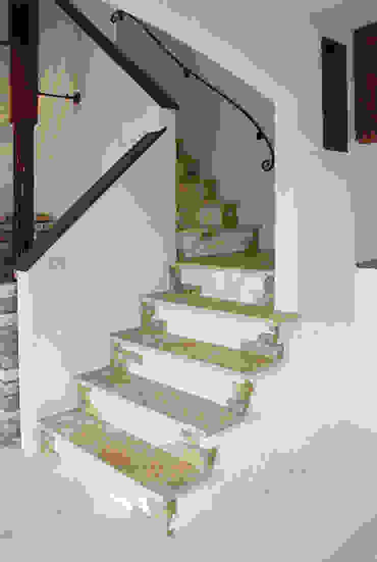 Mediterranean corridor, hallway & stairs by 株式会社アートカフェ Mediterranean